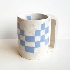 Tasse damier terre mélangée bleue #pottery #poterie #faience #ceramics #ceramic #ceramicart #pottering #ceramicreview #handmade #art #design #clay #jessicagiraudi #productdesign #artisan #instapottery #instapotter #tournage #lagarennecolombes #marble #mug #cup #bluemarble #faitmain #terremelangee #tasse #nerikomi #neriage