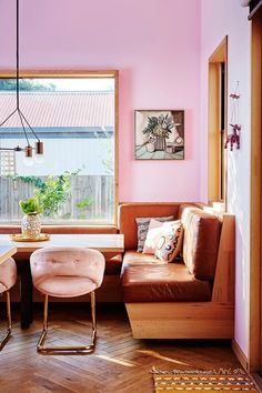 >> 12 homes brought to life with colour. upholstered built-in seat Australian Home Decor, Australian Homes, Küchen Design, House Design, Design Ideas, Booth Design, Design Projects, Diy Projects, Dining Booth