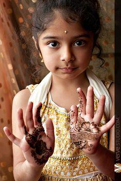 Uma menina com um projeto Mehndi (Henna) .