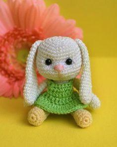 Kleines Amigurumi-Kaninchen mit Schlappohren - Häkelanleitung via Makerist.de