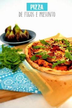 Pizza de Figos e Presunto  ngredientes: [para a massa] | 100 gr. de água (1dl.) | 25 gr. de azeite (+/- 3 c. sopa) | 1 c. (café) de sal | 200 gr. de farinha | 1 ramo de alecrim picado  [para o recheio] | 1 tomate | 1 cebola pequena | 1 dente de alho | oregãos q.b. | sal q.b. | 6 fatias de presunto | 5/6 figos | queijo parmesão q.b. | rúcula