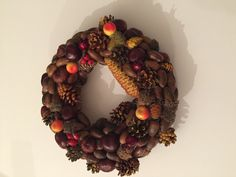 Jesenný veniec MIX Jesenný veniec vytvorený z gastanov šišiek a žaludov Šišky namaľované akrylovymi farbami Priemer. Cca 25cm