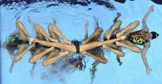 Equipe dos Estados Unidos de nado sincronizado realiza apresentação no Mundial de Xangai