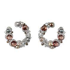 Boucles d'oreilles Haute Joaillerie Créoles, or gris, douze perles fines pour 24,48grains, six grenats roses ronds taille cabochon pour 10,85carats, diamants blancs et bruns taille brillant.