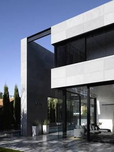 Double Height Portico and Exterior-Amit Geron-Photo Building Exterior, Building Facade, Building A House, Modern Architecture House, Facade Architecture, Ultra Modern Homes, Woodland House, Facade House, Black House