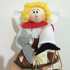 Boneco totalmente artesanal, feito á mão, Miguel Arcanjo,roupinha adornada com espada em fetro,balança,e cobra em feltro.  Altura: Aproximadamente 24cm  Acompanha saco de organza como embalagem e papel de seda..  Altura: 24.00 cm R$ 70,00
