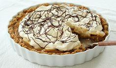 Banoffee-pai er en engelsk klassiker og en svært enkel dessert å lage, men den inneholder et stort faremoment. Mange har meninger om hvordan man best lager dulce de leche (karamellisert kondensert melk). Jeg har valgt den metoden som kanskje er mest risikabel, men som krever minst av deg. Jeg koker hele boksen i vann i tre timer. Dersom du ikke har nok vann i kjelen eller at vannet koker inn, vil du få en eksplosjon på kjøkkenet. Så for at du skal få den silkemyke karamellkremen i paien…