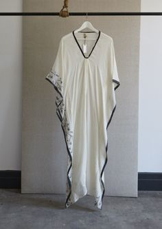 Just whipped up a pretty fabulous caftan for myself similar to this one - having trouble with v-necks, though; the v-neck is my nemesis, Estilo Hippie Chic, Hippy Chic, Boho Chic, Kaftan, Style And Grace, My Style, Tunic Designs, What To Wear, Kimono