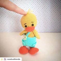 Repost from @rosebudtienda:Este pequeñín se llama Alfredo y es muy  muy suave y blandito  #crochetanimal #dawandashop #crochet #hechoamano #toy #handmade #croche #duckamigurumi #amigurumi #artesano #amigurumitoys #pato #dawanda #lanamerino #patodeganchillo #animalamigurumi #doll  #dollstagram #crochetlove #amigurumilove by villy_vanilly_shop
