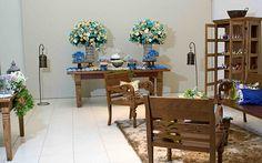 A decoração ganhou um toque rústico graças ao uso de muitos móveis em madeira escura. Grandes arranjos de flores brancas, azuis e em tons de champanhe foram usados para decorar as mesas principais do salão.