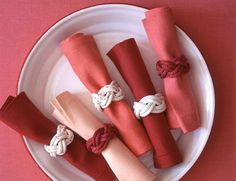 Knotted Napkin Rings For A Summer Or Beach Wedding: Set a fun, nautical table at your seasonal soiree. These easy-to-make napkin rings are summery and sophisticated at the same time. Nautical Table, Nautical Rope, Nautical Party, Rope Crafts, Diy Crafts, Fabric Crafts, Rope Decor, Martha Stewart Crafts, Diy Rings