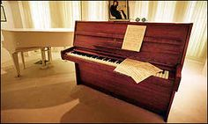 El piano, fabricado en Hamburgo en 1970 estuvo expuesto en el Museo de la Historia de los Beatles, en Liverpool, desde donde fue transportado hasta Londres para su subasta en el año 2000. Fue puesto a subasta por un coleccionista británico que lo compró en 1992 por un precio no revelado.