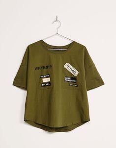 Camiseta parches bolsillos. Descubre ésta y muchas otras prendas en Bershka con nuevos productos cada semana