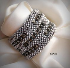 Beaded metallic grey cuff bracelet beadwork seed bead por Szikati
