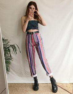 Tube Top and Striped Cuffed Pants - Outfit Trends Fashion 101, Look Fashion, 90s Fashion, Retro Fashion, Vintage Fashion, Fashion Outfits, Fashion Black, Spring Fashion, Fashion Ideas