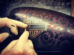 Removendo o mascaramento do logotipo Harley Davidson aplicado sobre stencil de renda. No fundo deste tanque de Sportster 883 foi aplicado metal flake com verniz candy vermelho.