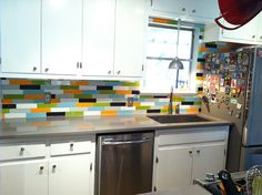 Removable wall coverings, including fabric, artwork and temporary wallpaper, add a splash of color to your apartment without permanently changing anything. Apartment Kitchen, Apartment Living, Apartment Walls, Temporary Wall Covering, Home Crafts, Diy Home Decor, Room Decor, Studio Apartment Decorating, Kitchen Backsplash