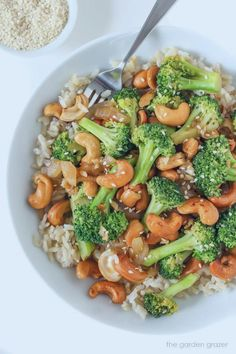 Healthy Dinner Recipes: One of my favorite broccoli recipes! This vegetarian garlic broccoli stir fry recipe is ready in just 10 minutes. Serve this easy vegan recipe over your favorite rice for a quick weeknight dinner. Tasty Vegetarian Recipes, Vegetarian Recipes Dinner, Vegan Dinners, Vegan Vegetarian, Recipe Tasty, Paleo Food, Vegan Ramen, Vegan Stir Fry, Paleo Diet