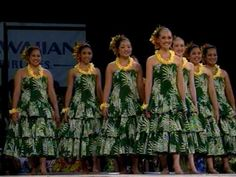2009 Merrie Monarch Women Auana Winner - Hula Halau O Kamuela I used to dance with this Halau when we lived in Kamuela! Their synchronization is spectacular! Fancy Music, Tahitian Costumes, Tahitian Dance, Polynesian Dance, Hawaiian Dancers, Hawaii Style, Hula Dancers, Hula Girl, Ageless Beauty