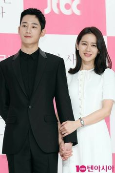 Son Ye Jin and Jung Hae In are Picture Perfect OTP at Press Conference for Pretty Noona Who Buys Me Food Asian Celebrities, Asian Actors, Korean Actresses, Korean Actors, Actors & Actresses, Celebs, Ji Chang Wook Smile, Korean Drama Stars, Pink And White Background