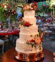 Marriage of Niina Secrets and Gui Oliveira by Agda Paula. Black Wedding Cakes, Wedding Cake Rustic, Beautiful Wedding Cakes, Beautiful Cakes, Elegant Wedding, Wedding Reception Centerpieces, Wedding Decorations, Wedding Ideas, Classy Wedding Invitations