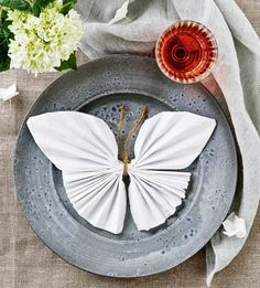 Awesome DIY Napkin Folding Tutorial Ideas and Creative DIY Wedding Napkin Fold Designs Linen Napkins, Paper Napkins, Paper Napkin Folding, Wedding Napkins, Napkin Rings, Tablescapes, Tea Party, Diy And Crafts, Table Settings