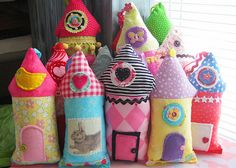 Little pink houses, for you and me. Small Pillows, Cute Pillows, Cushion Tutorial, Cool Typography, Patchwork Pillow, Ideas Geniales, Pink Houses, Happy Colors, Sewing For Kids