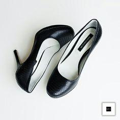 Dale a una mujer los zapatos adecuados y conquistará el mundo. Mañana todos los zapatos de nuestras tiendas MEV los encuentras con descuentos del 25% #BlackFriday #love #shoes #fashion #style @juanjaramilloph