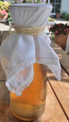 Der frisch angesetzte Cidre wird mit einem feinen Tuch gegen Fruchtfliegen geschützt.