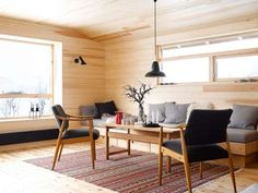 NOSTALGI: The chairs came with the cabin. They have been given new life with new features. Carpet from Ikea, roof shuttle from Herstal. Cabin Interior Design, Cabin Design, Interior Architecture, Interior And Exterior, Cabin Interiors, Wood Interiors, Cabin Style Homes, Bohinj, Summer Cabins