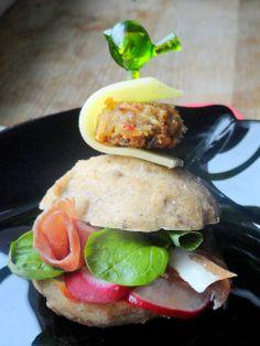 W całości domowe mini burgery z kotletem z kaszy jęczmiennej - imprezowa przekąska
