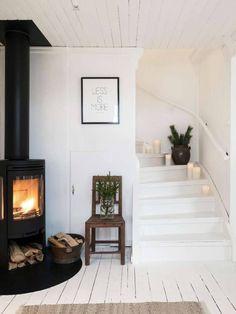 GRÖN JUL PÅ NILSGÅRDEN: Stora entrén har en kamin som sprider värme i hela huset. Trappan är dekorerad med tallris och brandsäkra led-ljus från Enjoy candles | LANTLIV