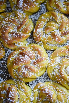Saffransbullar med vaniljfyllning Swedish Recipes, Sweet Recipes, Snack Recipes, Dessert Recipes, Snacks, Xmas Food, Christmas Baking, Bagan, English Food
