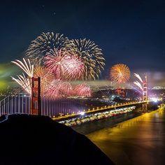 Golden Gate Fireworks   Foto : @tobyharriman  ______________________________  Você já decidiu onde vai passar o Reveillon? Lá no nosso blog http://ift.tt/1LcMwK6 tem um post irado de muitos destinos show para o Ano Novo como o dá  confira . #dicasdeferias #selfiepelomundo #awesome_shots #reveillon #trip #traveling #viagem #ig_captures #turismo #travelblog #destinavo #luxurytravel #luxwtprime #travel #worldplaces #bbctravel #bpmag by dicasdeferias