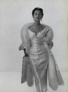 Pin redondo , vestido precioso con abertura delantera de inspiracion leve de vestido camisero ,elegantisimo con una guapa modelo.