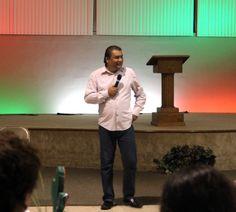 El Pastor Jonathan Hedz. en una conferencia para matrimonios