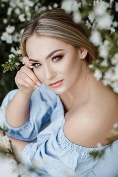 makeup inspo Spring Photography, Outdoor Photography, Photography Photos, Creative Photography, Pre Debut Photoshoot, Photoshoot Makeup, Senior Picture Makeup, Glamour Shots, Portrait Poses