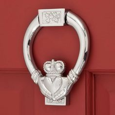 Welcome your guests with this door knocker that features a traditional Irish symbol representing friendship, loyalty and love. Crafted of solid brass with superb detailing. Brass Door Knocker, Knobs And Knockers, Polished Brass, Solid Brass, Irish Symbols, Irish Traditions, Claddagh, Oil Rubbed Bronze, Antique Brass