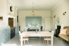 English Country Kitchen with Beautiful Blue Cabinets & Brass Hardware Blue Kitchen Cabinets, Kitchen Buffet, Kitchen Cabinet Styles, Shaker Kitchen, Eat In Kitchen, Kitchen Ideas, Kitchen Inspiration, Navy Kitchen, Kitchen Magic