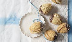 Také máte raději cukroví promazané krémem a cítíte z něj nádech luxusu? Dá sice o něco víc práce, výsledek ale stojí za to! Nádherně vypadá, božsky chutná a je krásně vláčné. I proto mizí z talířů bezpečně jako první. Zařaďte ho letos do svého repertoáru, ať už klasické nebo bez lepku. #recept #vanoce #cukrovi #krem  #peceni #recipe #christmass #cookie #cream Muffin, Breakfast, Food, Morning Coffee, Eten, Cupcakes, Muffins, Meals, Morning Breakfast