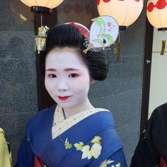 Maiko Umechie with enormous fan kanzashi