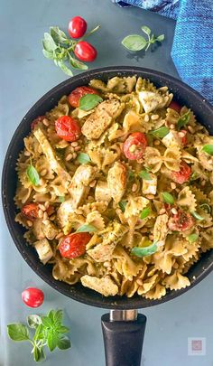 Φαρφάλες με πέστο βασιλικού, ζουμερές μπουκιές από κοτόπουλο, γλυκά ντοματίνια, φρέσκια μοτσαρέλα, κουκουνάρι. Γρήγορη, ευέλικτη ιταλική μακαρονάδα κάθε εποχής ή μακαρονοσαλάτα. Paella, Pesto, Ethnic Recipes, Food, Essen, Meals, Yemek, Eten