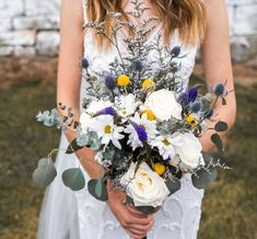 DIY boho bridal bouquet with Blooms by the Box Photography: @wearetherichards Classic Wedding Flowers, Vintage Wedding Flowers, Bohemian Diy Weddings, Scabiosa Flowers, Queen Anne's Lace Flowers, Diy Wedding Bouquet, Wedding Arrangements, Bridal, Box