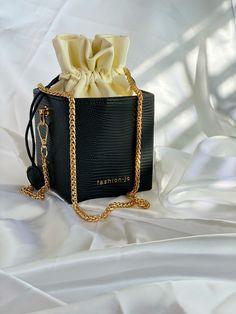 Louis Vuitton Duffle Bag, Shop Till You Drop, Mode Streetwear, Rich Girl, Prada Bag, Fashion Books, Luxury Bags, Crossbody Shoulder Bag, Chanel Boy Bag