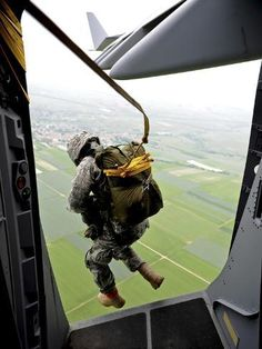 Airborne Army, Airborne Ranger, 82nd Airborne Division, Army Life, Military Life, C 17 Globemaster Iii, Us Army Rangers, Drop Zone, Paratrooper