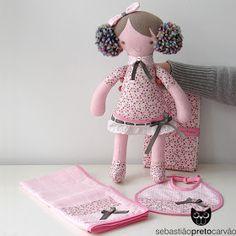 ... é uma menina doce e meiga, que faz parte de um conjunto preparado para oferta de nascimento!  o conjunto inclui boneca, muda-fraldas, ba...