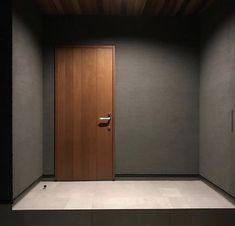 玄関ドアをおしゃれに!実例38選!リフォームやDIY・塗装でひと味違うコーディネートに | LUV INTERIOR - Part 2 Big Blue Eyes, Natural Interior, Entrance Doors, Beams, Tall Cabinet Storage, Door Handles, House Design, Book Design, Home Decor