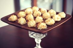 so crispy on the outside, chewy on the inside Need a quick dessert to impress your family or guests? You will never believe how EASY. Coconut Macaroons, Food Presentation, Food For Thought, Cookies, Vegetables, Breakfast, Easy, Desserts, Recipes