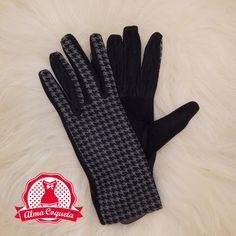 Guante en color negro con estampado de pata de gallo en gris, ideal para personas alérgicas a la lana #guantes #fashion #retro  #negro #blanco #almacoqueta #leonesp #invierno #cuadros