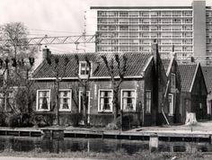 Oud moet wijken voor nieuw. Flat aan de 's Gravelandseweg, boerderijen aan de Schie moesten wijken.